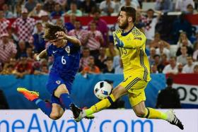 TWO TO TANGO: Croatia defender Tin Jedvaj (left) and Spain goalkeeper David de Gea going for the ball during the match.