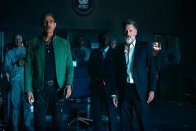 Jeff Goldblum (L) and Bill Pullman (R) in Independence Day: Resurgence