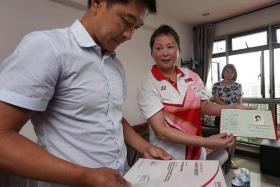 NOT FORGOTTEN: Above, Minister for Social and Family Development Tan Chuan-Jin (left) visits cancer-stricken former national gymnastics coach Zhu Xiaoping (middle).