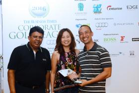 (From left) SPH deputy chief executive Patrick Daniel (left) with FootJoy's Sally Chua and FootJoy Player of the Round Tony Chai Kwang from Team Citi at the Business Times Corporate Golf League 2016.
