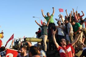 SUCCESS: People celebrating after they retook Bosphorus Bridge from the military.