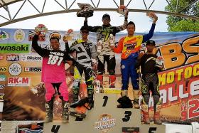 Hasroy Osman (centre) celebrates with the winners of the KBS Motocross Challenge 2016 held in Terengganu.