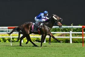 Song To The Moon gets up to beat Glorious Prospect by a short head in Race 7.