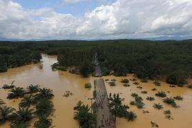 Floods sever land routes to Thailand's south