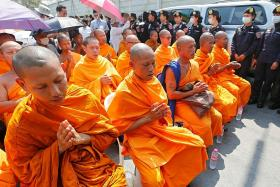 Police raid controversial Thai temple