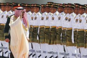 Saudi Arabia's King Salman bin Abdulaziz Al Saud (L) salutes Malaysian guards of honor during a welcome ceremony at Parliament Square, in Kuala Lumpur, Malaysia.