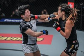 Lee defends atomweight world title