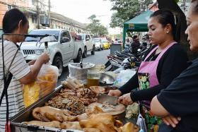 Bangkok street vendors off the roads to improve cleanliness