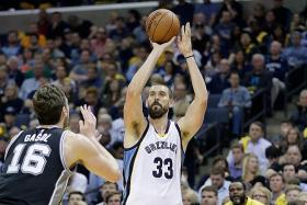 Grizzlies' Gasol sinks last-gasp winner to tie series with Spurs