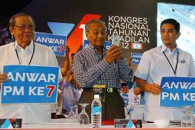 Mahathir attends meeting of Anwar's PKR party