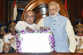 Indian President Pranab Mukherjee (L) and the Indian Prime Minister Narendra Modi (R) press the buzzer to launch the Goods & Service Tax (GST), in the Central Hall of Parliament at midnight in New Delhi, India, 01 July 2017.