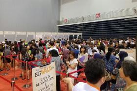 Big queue for Big Walk packs