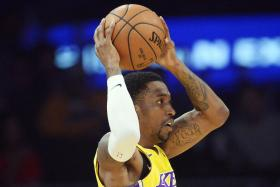 Lakers rally with late comeback to see off Bulls