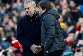 Jose Mourinho and Antonio Conte shaking hands after the game.