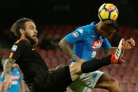 AS Roma's Daniele de Rossi challenging Napoli's Allan.