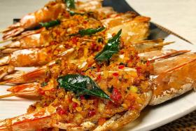 Deep-fried prawns with preserved radish topping