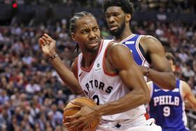 Leonard returns as Raptors sink Sixers