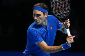 Fed's first straight-set loss in round-robin play