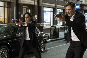 Tessa Thompson and Chris Hemsworth as M and H in Men In Black International