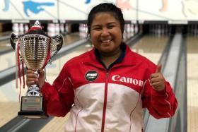 Iliya Syamim holding the Hong Kong Open trophy.