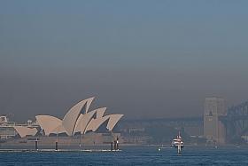 Haze caused by bush fires reaches 'hazardous' levels in Sydney
