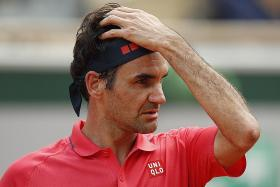 Roger Federer loses his cool but reaches last 32