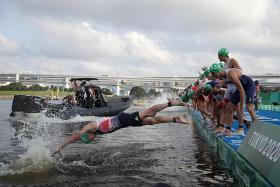 Gaffe mars start of men's triathlon swimming leg