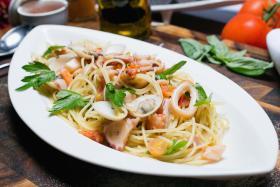 Gli Spaghettini Aglio Olio E Frutti Di Mare Alla Mediterranea.