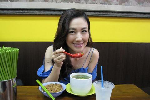WATCH: TVB's Selena Li knows more about Singapore food than you do