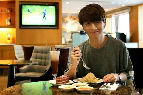 Korean guitar whiz Sungha Jung can't get enough of cafe