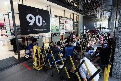 Queue Starts At 4am For Black Friday Sale Latest Singapore News The New Paper