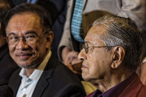 Dr Mahathir and Anwar fight to be Malaysia's PM, Latest World News - The New Paper