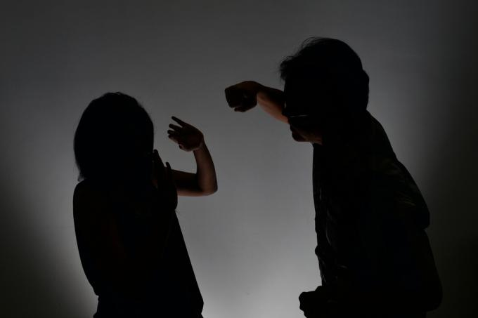 abuse essay spouse Spouse abuse is a complicated issue and controversial concerning the question whether or not it is a large problem in our society first it is crucial to define what exactly is spouse abuse according to the survey of social science it is the physical, psychological or sexual mistreatment that occurs in a relationship between married couples.