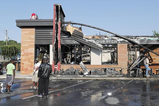 cops Protesters kill burn after Wendy's down Atlanta in