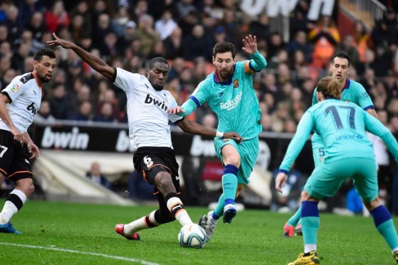 Barca beaten 2-0 at Valencia, still adapting to new coach's ideas
